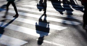 与做长的阴影的步行者的模糊的斑马线 免版税库存图片