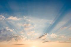 与做他们的方式的光束的明亮的美丽的天空通过云彩