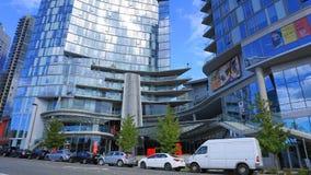 与停放的汽车的现代高层建筑物在街市贝尔维,WA,美国 库存图片