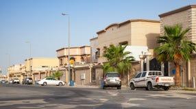 与停放的汽车的街道视图,沙特阿拉伯 免版税图库摄影