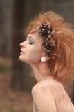 与停止的花的红色橙色被戏弄的头发 免版税库存照片