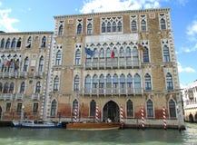 与停泊波兰人,意大利的威尼斯的红色和白色长平底船的惊人的老威尼斯式样式建筑学 免版税库存照片