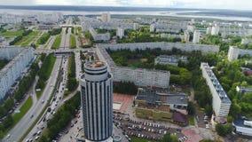 与停车场的圆的总局大厦在城市中 股票视频