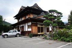 与停车处的日本家庭风格 免版税库存照片