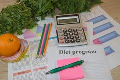 与健康心脏消息的标度和在桌上的测量的磁带 低热值果子饮食 图库摄影