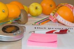 与健康心脏消息的标度和在桌上的测量的磁带 低热值果子饮食 库存图片