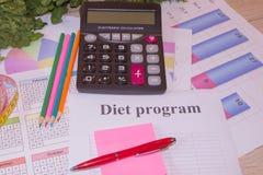 与健康心脏消息的标度和在桌上的测量的磁带 概念饮食在被安置的牌照表上的营养葱 图库摄影