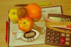与健康心脏消息的标度和在桌上的测量的磁带 免版税图库摄影