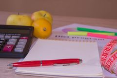 与健康心脏消息的标度和在桌上的测量的磁带 背景腹部传送带概念控制查出评定的磁带重量白人妇女 免版税图库摄影