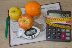 与健康心脏消息的标度和在桌上的测量的磁带 免版税库存图片