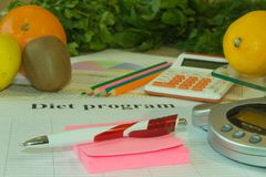 与健康心脏消息的标度和在桌上的测量的磁带 免版税库存照片