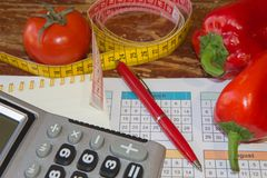 与健康心脏消息的标度和在桌上的测量的磁带 库存图片