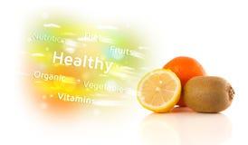 与健康文本和标志的五颜六色的水多的果子 库存图片