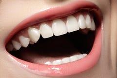 与健康白色牙的宏观愉快的女性微笑 免版税库存图片