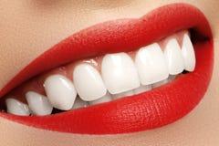 与健康白色牙的宏观愉快的妇女的微笑 嘴唇构成 图库摄影
