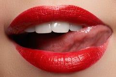 与健康白色牙的特写镜头愉快的女性微笑,明亮的红色嘴唇化妆 库存照片
