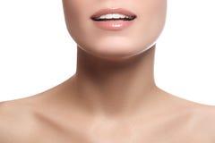 与健康白色牙的特写镜头愉快的女性微笑 Cosmetolog 免版税库存图片