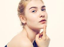与健康皮肤的妇女年轻美丽的画象 库存照片