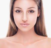 与健康皮肤的年轻美丽的妇女面孔画象 免版税库存照片