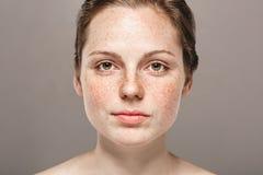 与健康皮肤的年轻美丽的雀斑妇女面孔画象 免版税库存照片