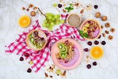 与健康素食主义者早餐安排的Flatlay在大理石背景 免版税库存图片