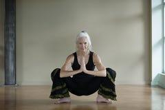 与健康臀部的资深女子瑜伽 免版税库存图片