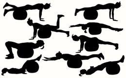 与健身球的女性健身剪影 免版税库存图片