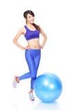 与健身球的妇女愉快的微笑 库存图片