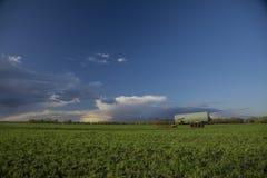 与储水池的领域风景 免版税库存照片