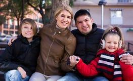 与儿子和女儿放松的愉快的家庭 库存图片