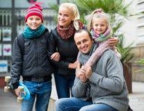 与儿子和女儿的家庭 免版税库存照片