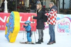 与儿子的Elin Kostelic滑雪倾斜的 免版税库存图片