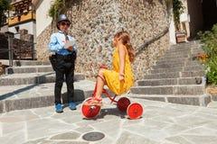 与儿童使用,警察和司机的场面室外的 免版税库存照片