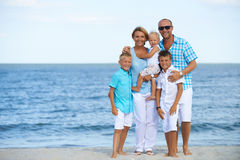 与儿童站立的愉快的微笑的家庭 图库摄影