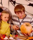 与儿童藏品的系列做被雕刻的南瓜 免版税库存图片