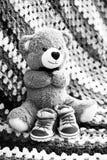 与儿童鞋子的熊 免版税库存图片