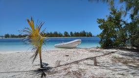 与充气救生艇的完善的海滩 免版税库存图片