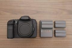 与充电器和电池的照相机 库存照片