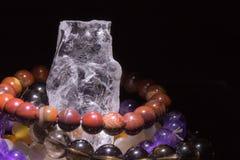 与充电次贵重的宝石的镯子的石英geode,灵性概念,替代医学 免版税库存照片