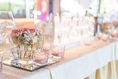 与先生的美丽的婚礼桌 &夫人 免版税图库摄影