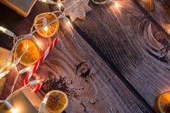 与光、装饰品、糖果和装饰的圣诞节框架 空位 库存照片
