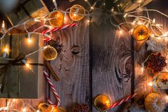 与光、装饰品、糖果和装饰的圣诞节框架 空位 免版税图库摄影