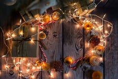 与光、装饰品、糖果和装饰的圣诞节框架 空位 库存图片