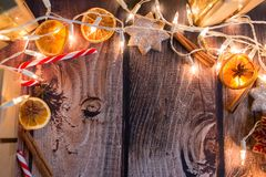 与光、装饰品、糖果和装饰的圣诞节框架 空位 免版税库存图片