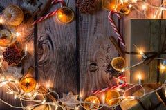 与光、装饰品、糖果和装饰的圣诞节框架 空位 图库摄影