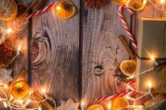 与光、装饰品、糖果和装饰的圣诞节框架 空位 免版税库存照片