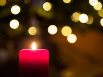 与光亮的小点的火焰状蜡烛在背景 库存图片