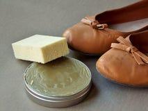 与光亮的蜡的布朗老穿的妇女鞋子 免版税库存照片