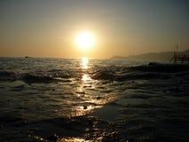 与光反射的海洋日落场面 免版税库存照片