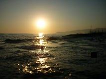与光反射的海洋日落场面 免版税库存图片